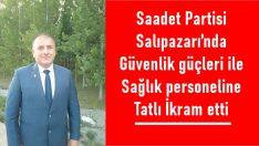 Saadet Partisi Salıpazarı'nda güvenlik güçleri ile sağlık personeline Tatlı İkram etti